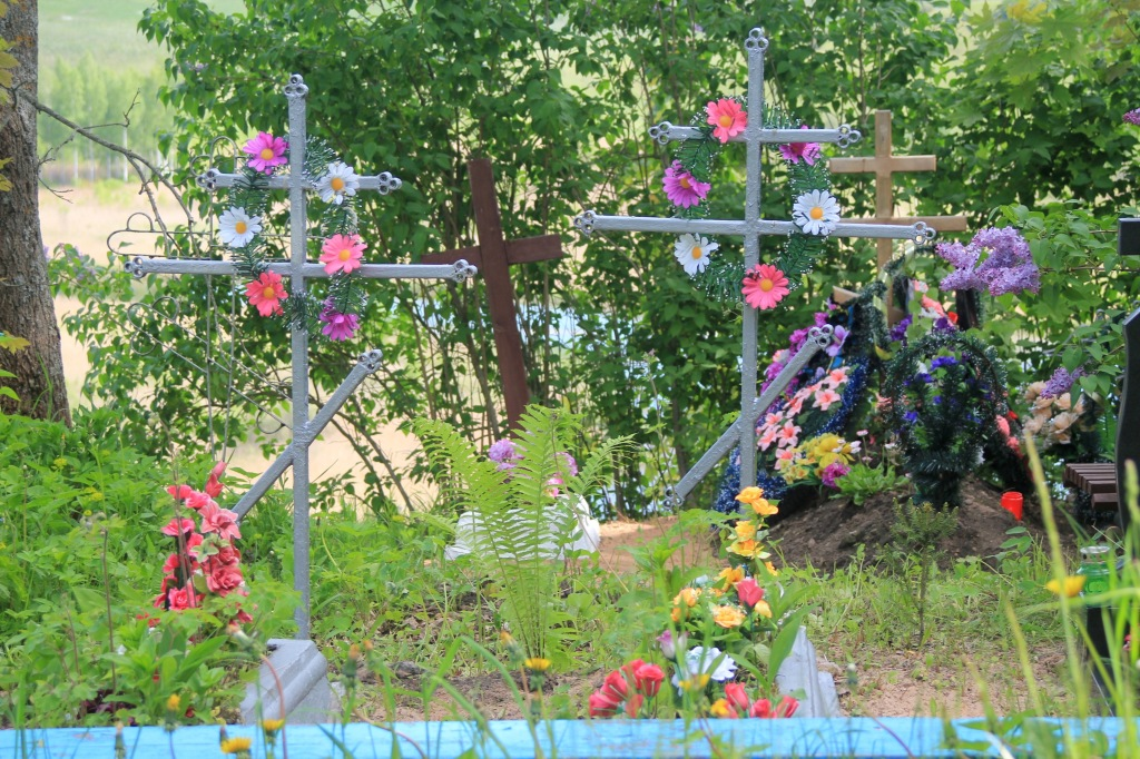 I also visited the local cemetery, where a number of Estonians are buried. The Orthodox cemeteries are very decorated, lavish and beautiful.